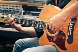 Ein Close Up eines Linkshänder Gitarrenspielers