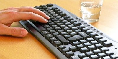 Tastatur und linke Hand