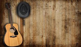 Eine Linkshänder Western Gitarre in der linken Ecke des Bildes