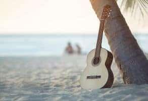 Eine Akustik Gitarre an einem Baum lehnend
